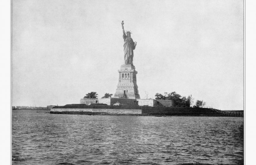 A Szabadság-szobor New Yorkba hajózik