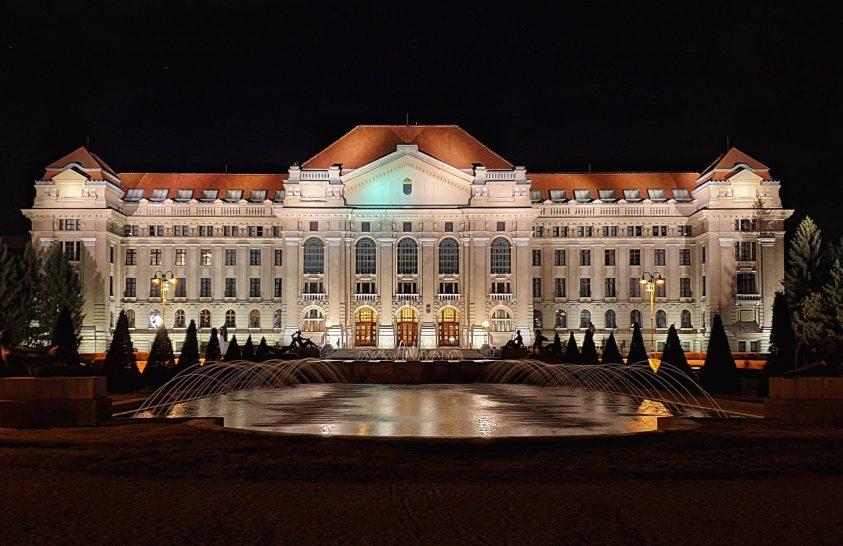 A Debreceni Egyetem főépülete esti kivilágításban