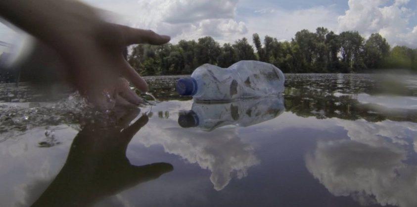 Jeladós palackok mutatják a tiszai hulladék útját