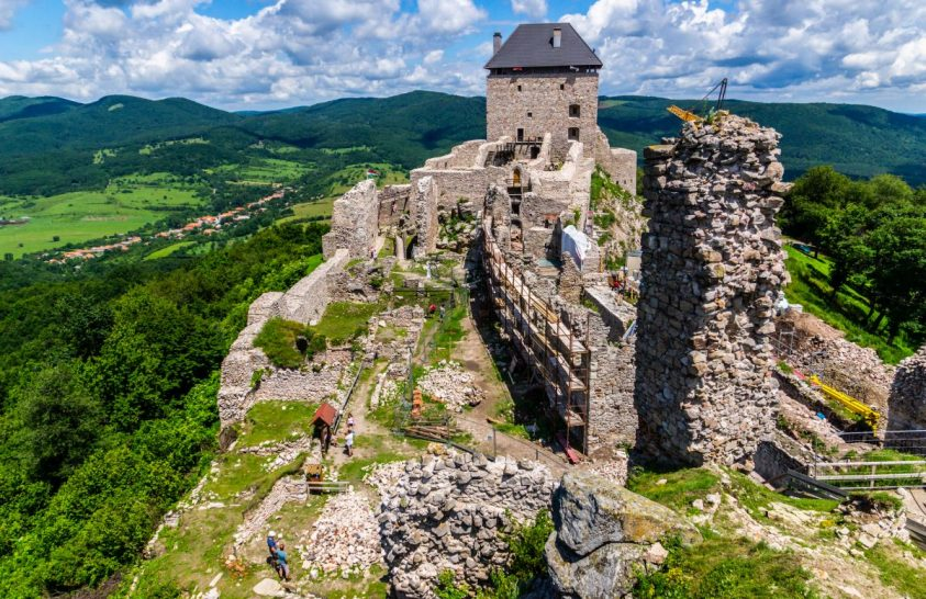 Romjaiból épül újjá a 700 éves vár
