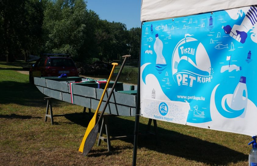 Vízre bocsátották az első, újrahasznosított műanyagból készült ladikot