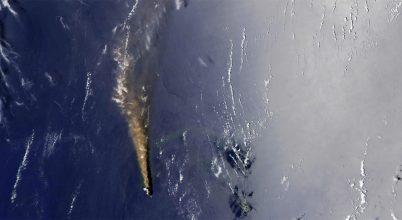 Igen látványos kitöréseket produkál egy távoli japán vulkáni sziget