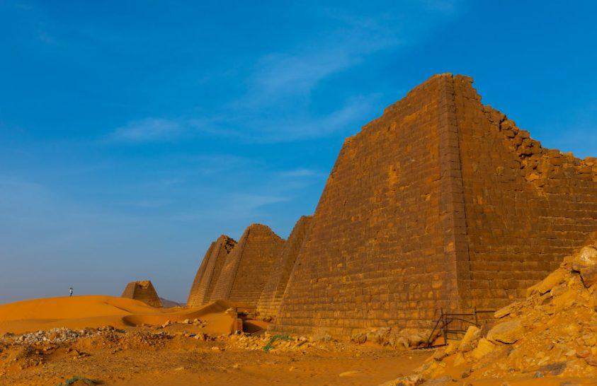 Áradás fenyegeti Szudán ősi piramisait