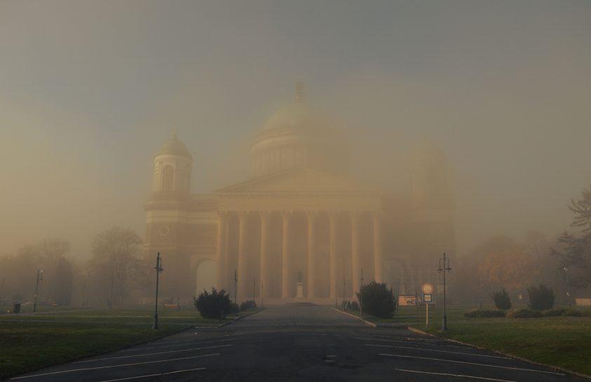 Templom a hajnali ködben