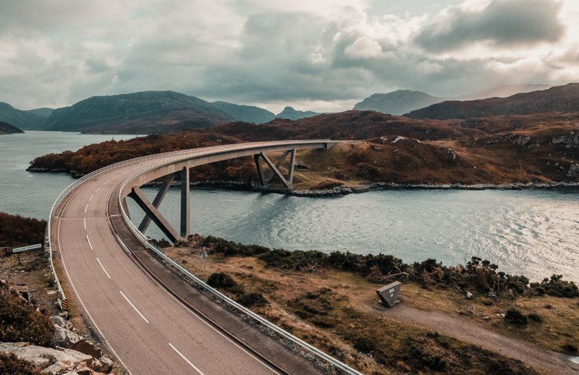 Jellegzetesen ívelt híd Skóciában