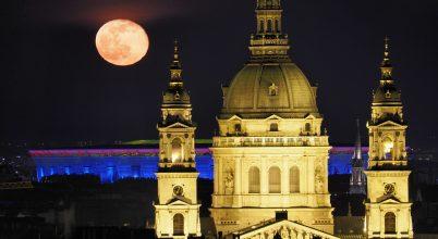 Holdkelte a város felett