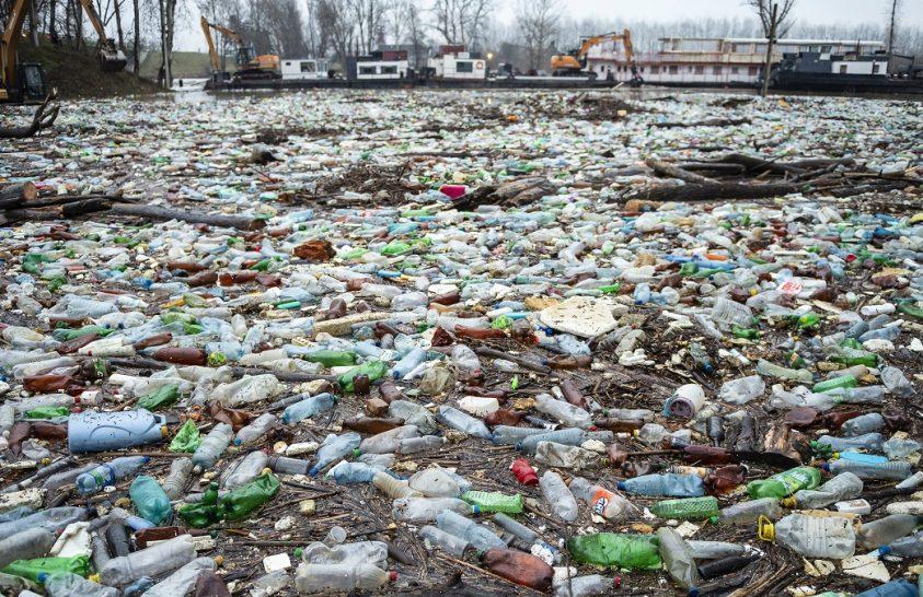 Az áradó Tisza nagy mennyiségű kommunális hulladékot hoz magával