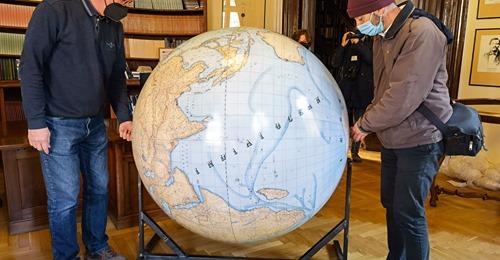 Az ELTE Egyetemi Könyvtárába került a különleges földgömb harmadik másolata