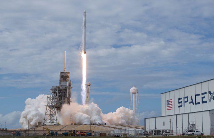 A SpaceX már 2024-ben űrhajósokat szállíthat a Holdra