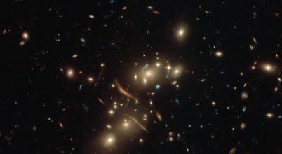 Kozmikus nagyítót fotózott a Hubble
