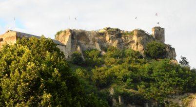 A hegy tetején emelkedő vár