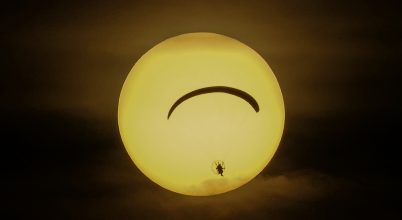 A nap képe: Siklóernyős a lemenő Napban.