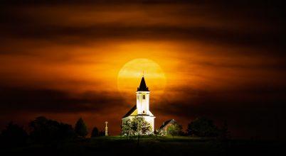 A nap képe: Hold és a Szent Kristóf Kápolna